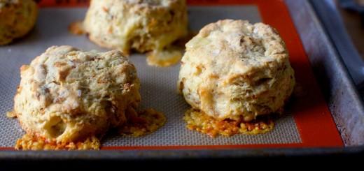 Biscuiti din ceapa caramelizata si branza Gruyere