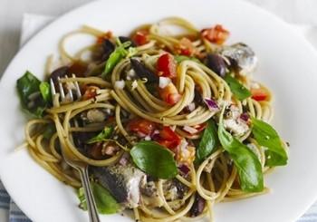 Spaghete cu salsa de rosii si sardine