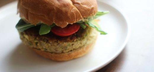Burgeri vegetarieni cu hummus si menta
