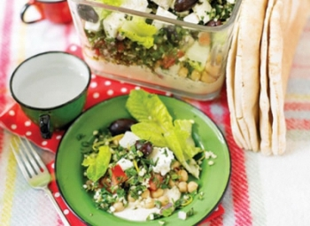 Caserola cu straturi de humus, tabbouleh si feta