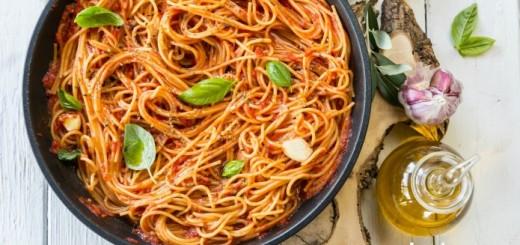 Spaghetii cu rosii intr-o tigaie