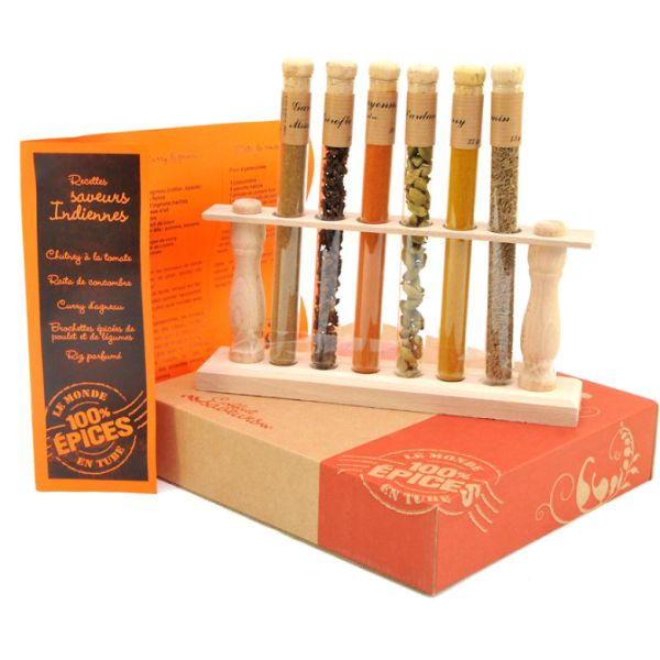 Set mirodenii indiene, cu suport din lemn (cardamom 10 g, curry 22 g, chimion 13 g, cuisoare 11 g, garam masala 20 g, piper Cayenne 20g)