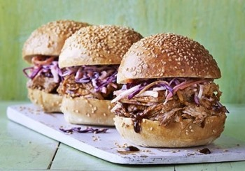 Burgeri cu porc copt incet, cu sos BBQ si salata de varza