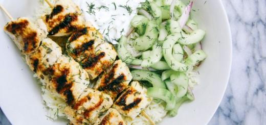 Frigarui de pui cu salata de castraveti si tzatziki