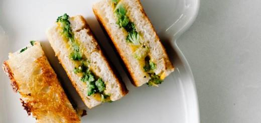 Grilled Cheese cu broccoli si cheddar